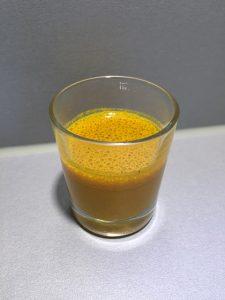 Shotje kurkuma met zwarte peper en olijfolie